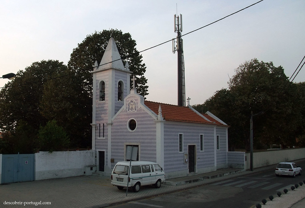 Pequena igreja, toda revestida de azulejos