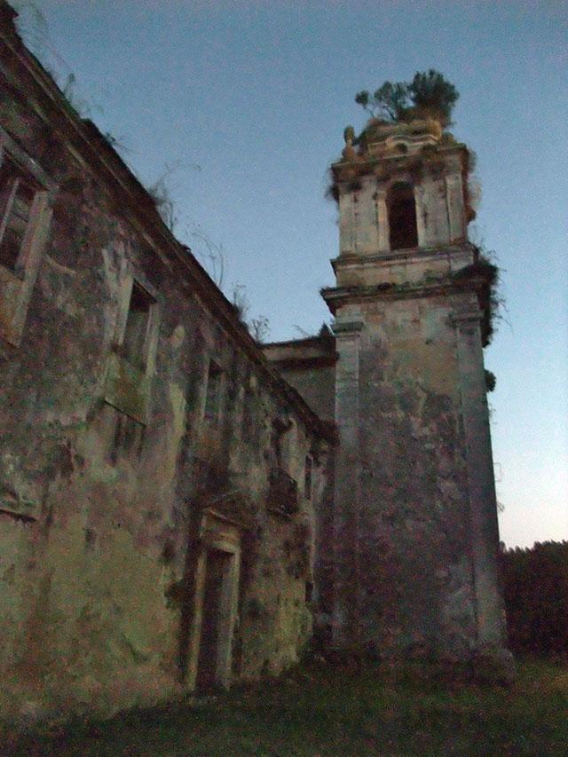 Prédios anexos e torre da fachada.