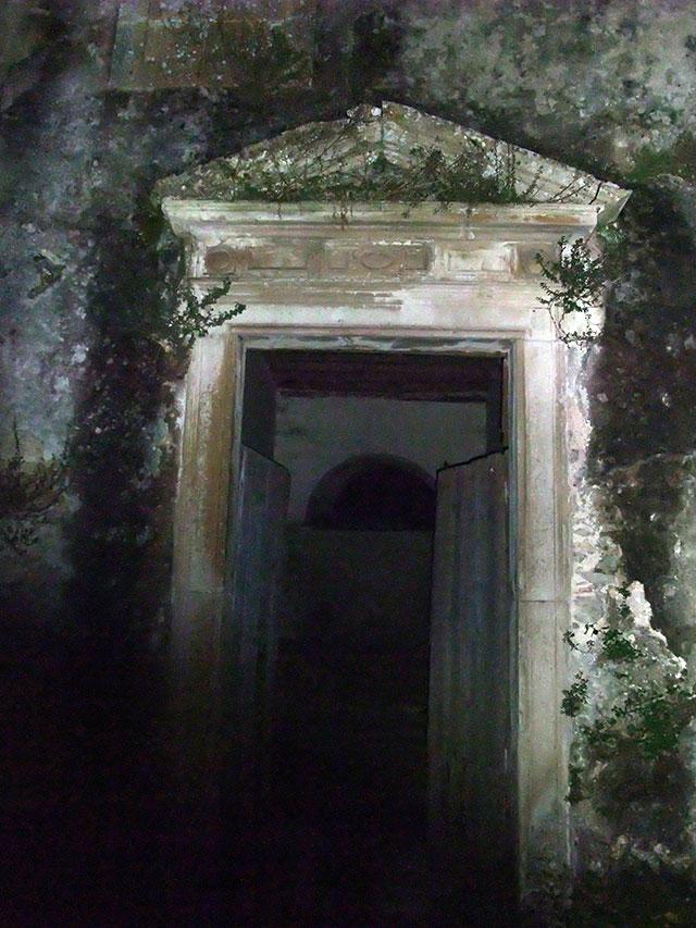 Esta porta é um emblema infeliz do estado ao que chegou o mosteiro...