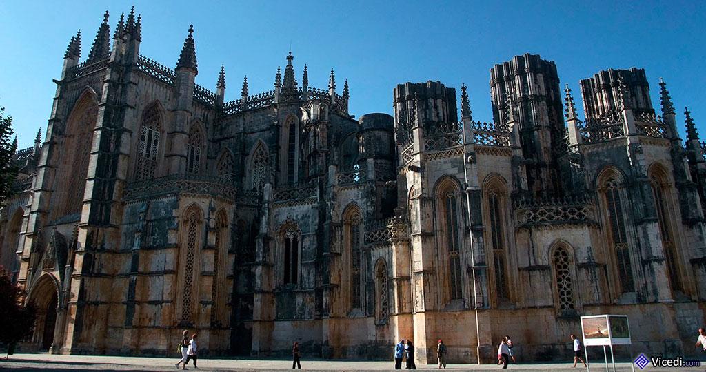 Na esquerda, podemos observar a porta do transepto. Na direita, as capelas imperfeitas e os seus grandes pilares inacabados.