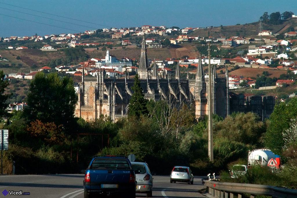 O Mosteiro da Batalha, logo ali ao lado da estrada nacional...
