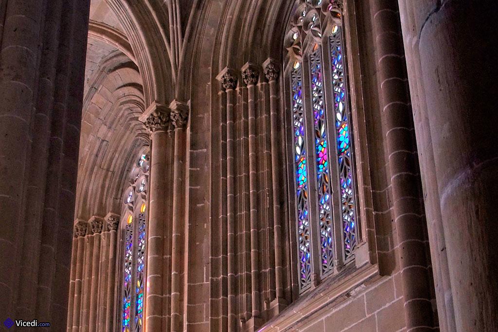 Como em toda igreja gótica que se preze, não podia faltar os grandes vitrais