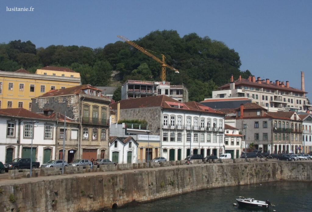 Casas à beira do Douro