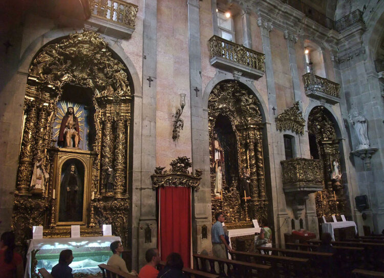 Numerosos santos na igreja